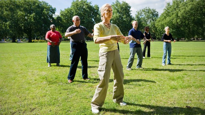 older people doing tai chi for seniors